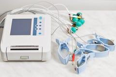 Appareil ou dispositif l'unité de la mesure de l'électrocardiogramme dans un bureau du ` s de docteur Photos libres de droits