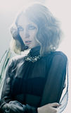 Appareil-photo élégant de cheveux de la dame 20s de Yong avec carboné Photographie stock libre de droits