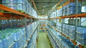 Appareil-photo abaissant les étagères de l'eau en bouteille pure clips vidéos
