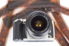 Appareil-photo analogue et négatifs d'isolement Photo stock
