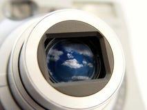 Appareil-photo avec des nuages dans le Len image stock