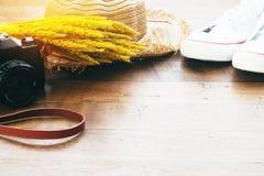 Appareil-photo, chaussures et chapeau de paille avec la fleur sèche, concept de mode de vie d'automne Photographie stock libre de droits