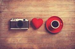Appareil-photo, coeur et tasse Photographie stock libre de droits