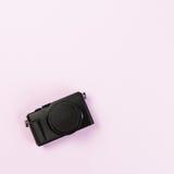 Appareil-photo compact numérique de vintage sur la couleur en pastel rose photographie stock libre de droits