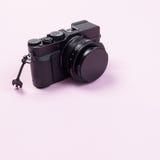 Appareil-photo compact numérique de vintage sur la couleur en pastel rose photo libre de droits