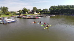 Appareil-photo déplaçant le jeune homme environ quatre ramant leurs kayaks Backa Palanka, Serbie banque de vidéos