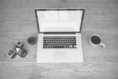 Appareil-photo d'ordinateur portable et tasse de café Photo stock