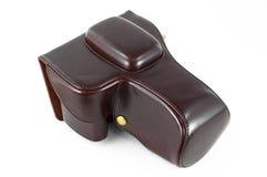 Appareil-photo dans la caisse en cuir rouge d'isolement Photographie stock libre de droits