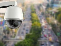 Appareil-photo de caméra de sécurité ou de télévision en circuit fermé avec le fond de paysage urbain Photos stock