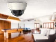 Appareil-photo de caméra de sécurité ou de télévision en circuit fermé sur le plafond photos stock