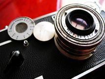 Appareil-photo de cru sur le bureau de cerise photographie stock