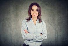 appareil-photo de femme d'affaires semblant jeune photos stock