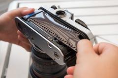 appareil-photo de film de chargement Photographie stock
