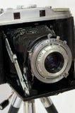 Appareil-photo de film de cru sur le trépied Photo stock