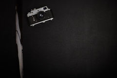 Appareil-photo de film de vintage sur la table de bureau photographie stock