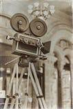 Appareil-photo de film de vintage sur un trépied, modèle Traité avec le rétro style Concept de cinéma et d'autres antiquités pour Photo libre de droits