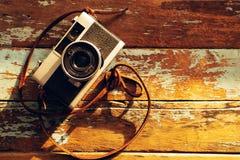 appareil-photo de film de vintage sur vieil en bois Photo libre de droits