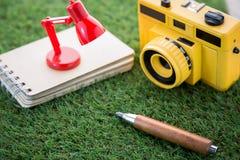 Appareil-photo de lampe de bloc-notes et concept pointu de voyage de crayon jpg Image libre de droits