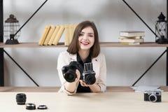 Appareil-photo de offre de sourire de femme à vous Photo libre de droits