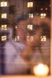 Appareil-photo de photo de Selfie avec la réflexion dans la fenêtre Photos stock