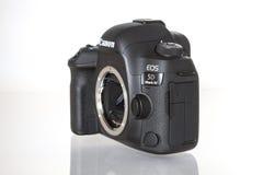 Appareil-photo de photo du profesional DSLR de la marque IV d'EOS 5D de Canon sur le fond réfléchi blanc Photos libres de droits