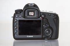 Appareil-photo de photo du profesional DSLR de la marque IV d'EOS 5D de Canon sur le fond réfléchi blanc Photo stock