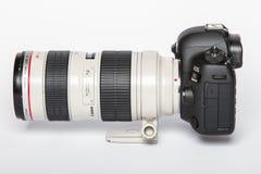 Appareil-photo de photo du profesional DSLR de la marque IV d'EOS 5D de Canon sur le fond réfléchi blanc Photographie stock libre de droits