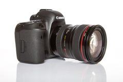 Appareil-photo de photo du profesional DSLR de la marque IV d'EOS 5D de Canon sur le fond réfléchi blanc Photo libre de droits