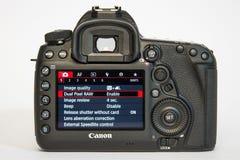 Appareil-photo de photo du profesional DSLR de la marque IV d'EOS 5D de Canon sur le fond réfléchi blanc Photographie stock
