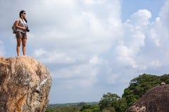 Appareil-photo de randonneur et de photo de femme augmentant dans la crête de montagne Photos stock