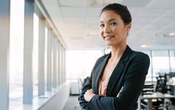 Appareil-photo de regard exécutif femelle avec confiance Photographie stock libre de droits