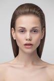 Appareil-photo de regard modèle de jeune jolie femme Image libre de droits
