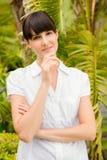 Appareil-photo de regard réfléchi de jolie femme avant jour de station thermale image stock