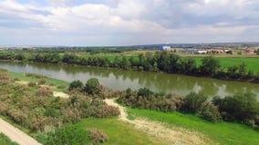 Appareil-photo de rotation au-dessus de la rivière Silhouette d'homme se recroquevillant d'affaires banque de vidéos