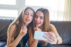 Appareil-photo de selfie de maquillage de meilleurs amis de filles d'adolescent Image stock