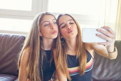 Appareil-photo de selfie de maquillage de meilleurs amis de filles d'adolescent Images libres de droits