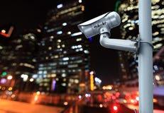 Appareil-photo de télévision en circuit fermé avec brouiller la ville de nuit à l'arrière-plan Photographie stock