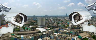 Appareil-photo de télévision en circuit fermé avec la ville de flou à l'arrière-plan Image libre de droits