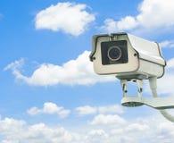 Appareil-photo de télévision en circuit fermé avec le ciel bleu à l'arrière-plan Image libre de droits