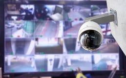 Appareil-photo de télévision en circuit fermé de sécurité dans l'immeuble de bureaux photographie stock libre de droits