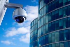 Appareil-photo de télévision en circuit fermé de sécurité dans l'immeuble de bureaux image stock