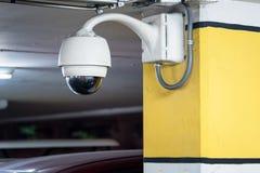 Appareil-photo de télévision en circuit fermé ou technologie de surveillance dans le stationnement d'aéroport Th Photos stock