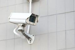 Appareil-photo de télévision en circuit fermé sur le haut bâtiment de mur Images libres de droits