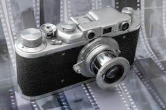 Appareil-photo de télémètre de cru au-dessus de film noir et blanc Photos stock