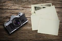 Appareil-photo de vintage avec de vieilles photos Photographie stock