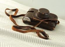 Appareil-photo de vintage dans le cas en cuir image libre de droits