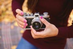 Appareil-photo de vintage dans les mains d'une femme image stock