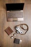 Appareil-photo de vintage et ceinture en cuir sur le plancher en bois Photos stock