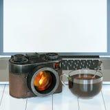 Appareil-photo de vintage et tasse d'ordinateur portable et en verre de thé chaud Image stock