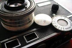 Appareil-photo de vintage sur le bureau de cerise photos stock